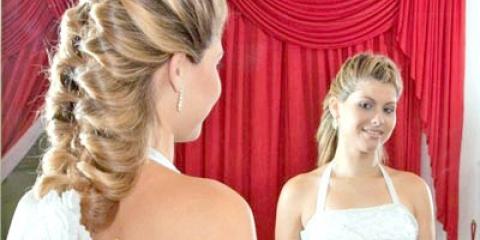 Зачіска до плаття з відкритими плечима