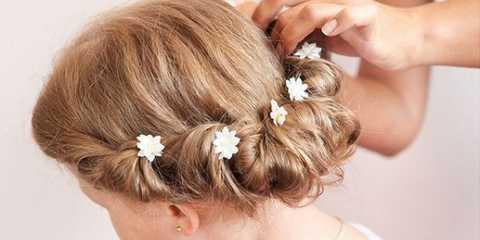 Легка зачіска для дівчинки на середні волосся