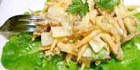 Салат зі смаженою картоплею, ананасами і волоськими горіхами